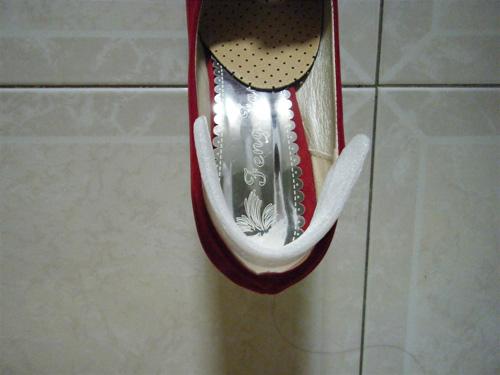 Lót miến xốp đã được đo vào giày cao gót bị rộng!